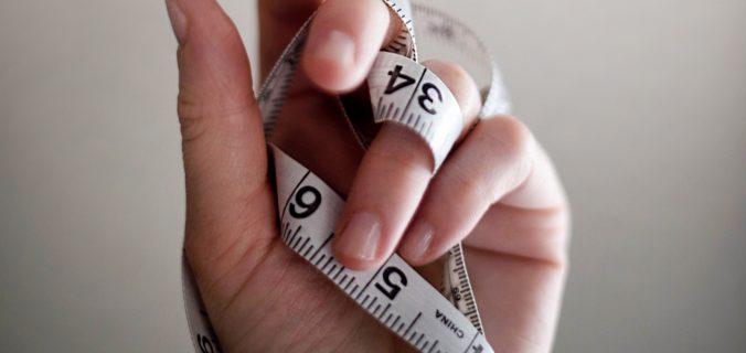 Hand met centimeter