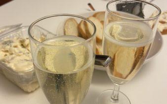 Foto van twee glazen Prosecco en een bak Gorgonzola
