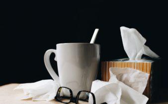 foto van zakdoeken, bril en beker